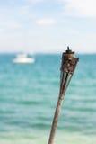 Une torche brûlée à la plage Photos stock