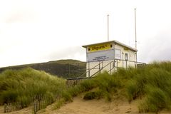 Une tour élevée de maître nageur sur les dunes de sable à la plage de Benone sur la côte du nord de l'Irlande dans le comté Londo Images libres de droits