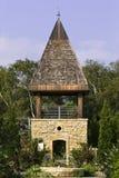 Une tour dans un jardin Photo stock