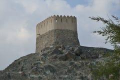 Une tour de montre derrière Al Badiyah Mosque images stock