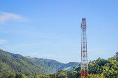 Une tour de télécommunication dans la forêt Images libres de droits