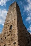 Une tour en pierre énorme dans San Gimignano, Toscane, tir avec la lentille grande-angulaire photographie stock libre de droits