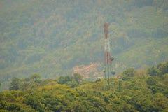 Une tour grande de télécommunication se tient dedans parmi le vert val Photo libre de droits