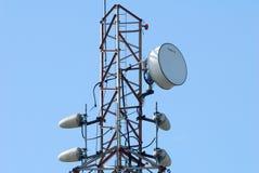 Une tour hertzienne avec le cadre en acier et l'onde radio Photo libre de droits