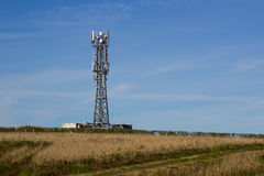 Une tour typique de télécommunication de réseau de radio et de téléphone portable situent dans les terres cultivables près de Gro Images stock