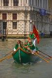 Une toute l'équipe féminine de rameurs de bateau pendant le festival de régate de Vogalonga à Venise, Italie photos libres de droits