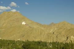Une traînée au temple tibétain antique sur la montagne photos stock