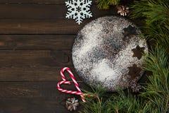 Une traînée des biscuits de Noël sous forme d'astérisques sur un plateau en métal arrosé avec de la farine Image libre de droits
