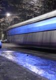 Une tramway dans une nuit d'hiver Images stock