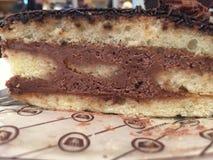 Une tranche de gâteau de chocolat décadent images stock