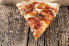 Une tranche de pizza de pepperoni Photo libre de droits