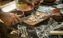 Une tranche de poulet sur le vendeur de conseil en bois sur le marché traditionnel Images libres de droits