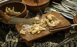 Une tranche de poulet sur le vendeur de conseil en bois sur le marché traditionnel avec la nourriture de poulet et la poterie d'a Photo stock