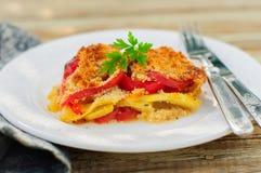Une tranche de tomate, de gratin rouge de poivron, de courgette et de feta photo libre de droits
