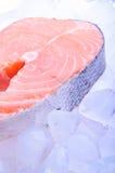 Une tranche des poissons rouges - saumons, sur la glace image libre de droits