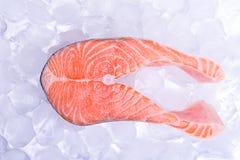 Une tranche des poissons rouges - saumons, sur la glace photos stock