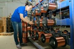Une travailleuse travaille dans une usine de fil au Vietnam Image stock
