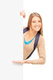 Une étudiante de sourire faisant des gestes sur un panneau Images stock