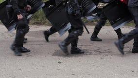 Une unité spéciale du COUP de police de gouvernement impliqué dans les désaccords des protestataires contre des passionés du foot banque de vidéos