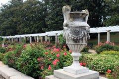 Une urne en pierre ornementale dans le jardin italien Photo libre de droits