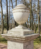 Une urne sur le piédestal en parc de Pavlovsk Image stock