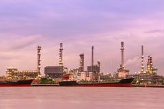 Une usine de raffinerie de pétrole photographie stock