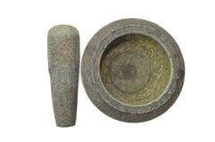 Une utilisation en pierre malaise traditionnelle de mortier pour écraser des oignons et des piments Image libre de droits