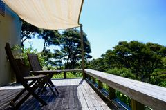Une véranda ensoleillée donnant sur le paysage rural paisible ; endroit reculé parfait de vacances image stock