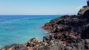 Une vague énorme frappe les roches Vagues frappant des roches sur une plage tropicale formant une forme d'éclaboussure banque de vidéos