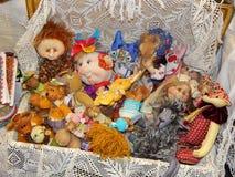 Une valise complètement de poupées handicrafts Image libre de droits