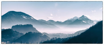 Une vallée alpine d'hiver photographie stock