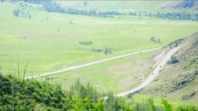 Une vallée pittoresque entourée par des gammes de montagne au début du passage banque de vidéos