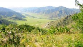 Une vallée pittoresque entourée par des gammes de montagne au début du passage clips vidéos
