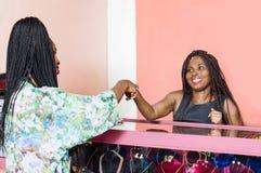 Une vendeuse salue son client images libres de droits