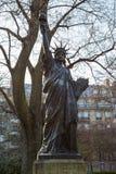 Une version miniature de la statue de la liberté dans les jardins du palais du Luxembourg à Paris Photographie stock