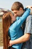 Une verticale d'un couple doux dans l'amour Photos libres de droits