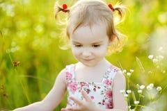 Une verticale de fille adorable d'enfant en bas âge Photographie stock libre de droits