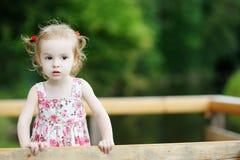 Une verticale de fille adorable d'enfant en bas âge Photo stock