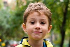 Une verticale du garçon de 5 ans prêt à sourire photographie stock libre de droits