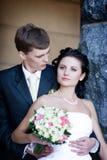 Une verticale du marié et de la mariée par la pierre images libres de droits