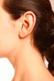 Une verticale en gros plan d'une oreille et d'un cou femelles Photo stock