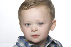 Une verticale proche haute d'un petit garçon. images libres de droits