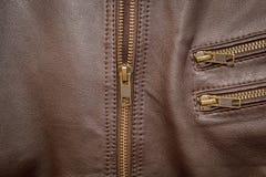 Une veste en cuir brune avec la moitié de fermeture éclair abaissée photographie stock