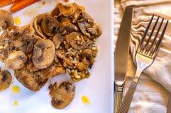 Une viande avec de grandes tranches juteuses de légumes rôtis d'un plat blanc image libre de droits
