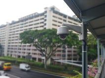 Une vidéo surveillance de sécurité est installée sur un pont aérien images stock