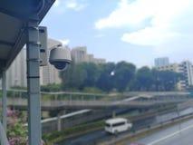 Une vidéo surveillance est installée sur un pont Image libre de droits