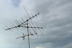 Une vieille antenne de TV de ciel bleu photo stock