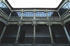 Une vieille architecture avec les fenêtres remplacées image stock