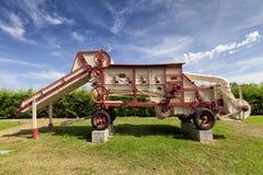 Une vieille batteuse de grain utilisée comme monument photos libres de droits