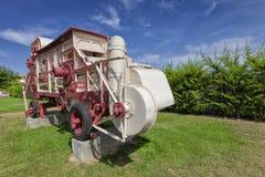 Une vieille batteuse de grain utilisée comme monument image libre de droits
